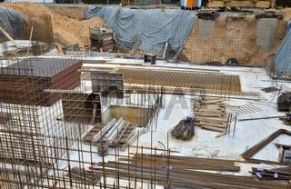 Kellergeschoss-Baustelle mit Moniereisen