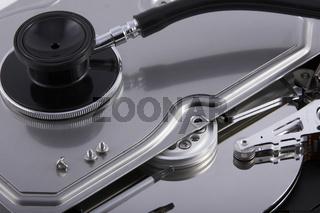 Offene Festplatte mit Stethoskop
