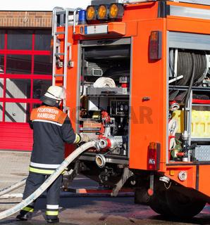 Feuerwehr Feuerwehrmann bedient Einsatzfahrzeug