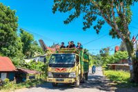Kipplaster transportiert Leuten auf Sulawesi in Indonesien