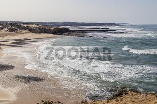 Atlantischer Ozean mit Praia do Carreiro da Fazenda bei Vila Nova de Milfontes, Alentejo, Portugal