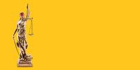 Blinde Justitia mit Augenbinde vor gelbem Hintergrund