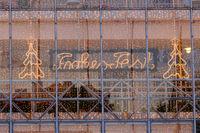 Glasfassade mit Schriftzug Frohes Fest