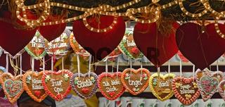 Verkaufsstand mit Lebkuchenherzen auf dem Adventmarkt in Graz