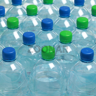 Mineralwasser in Plastikflaschen