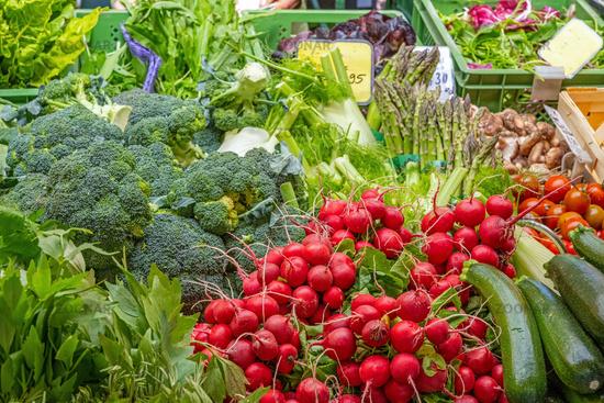 Salat und Gemüse auf einem Markt