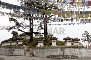 Gedenkstätte der 108 Druk Wangyal Khangzang Chörten im Morgennebel auf dem Dochula-Pass