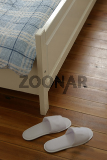 Hausschuhe in Hotelzimmer