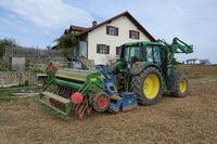 20211002_Traktor mit Sämaschine, tractor with sawer.jpg