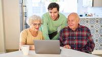 Sohn erklärt den Senior Eltern das Video Streaming online