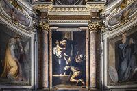 Altarbild mit der Madonna di Loreto des italienischen Barock Meisters Caravaggio in der Cavalletti Kapelle der Kirche S. Agostino in Campo Marzio in der Nähe der Piazza Navona in Rom