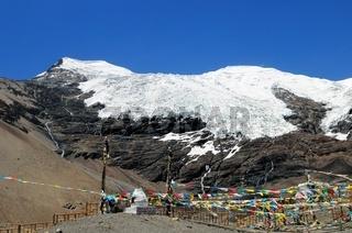 Karola-Gletscher mit Gebetsfahnen Tibet China