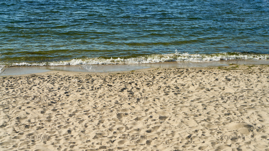 Wellen am Ufer vom Meer mit Strand und Gischt