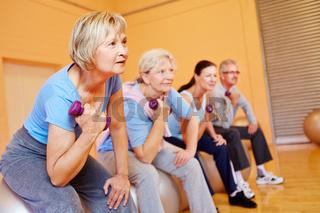 Senioren trainieren mit Hanteln