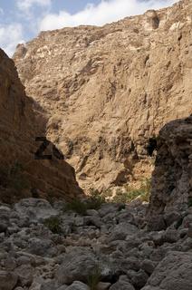 Zerklüftete Felswände im Wadi Shab