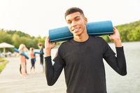 Junger Mann als Yoga Lehrer oder Fitness Coach