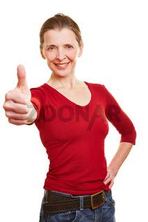 Ältere erfolgreiche Frau hält Daumen hoch