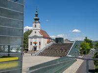 Pfarrkirche von Urfahr und Vorhof und Treppen des Ars Electronica Center - Linz