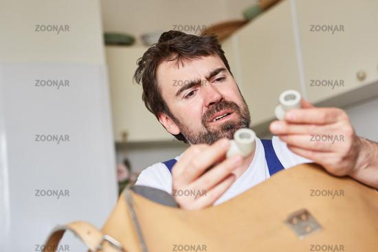 Klempner vom Reparatur Notdienst prüft Ersatzteile