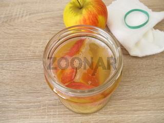 Aus Apfelschalen und Apfelresten Apfelessig selber machen
