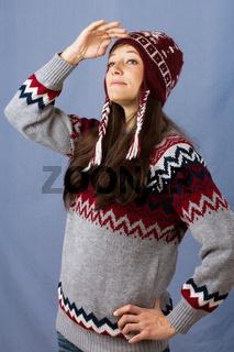 Zuversichtliche junge Frau in winterkleidung
