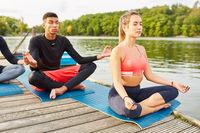 Leute machen Yoga Meditation zur Entspannung