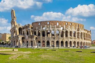 Außennaufnahme vom monumentalem dreistöckigen Kolosseum in Rom