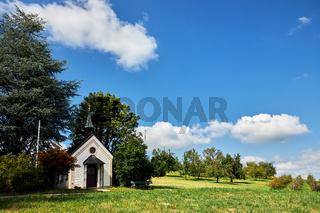 Eine kleine Kapelle auf einer Wiese im Allgäu