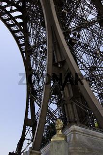 Büste von Gustave Eiffel am Fuß des Eifelturms