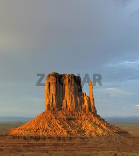 'West Buttes' im letztes Licht bei Gewitter, Monument Valley, Ar