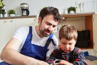 Vater und Sohn wechseln ein defektes Absperrventil