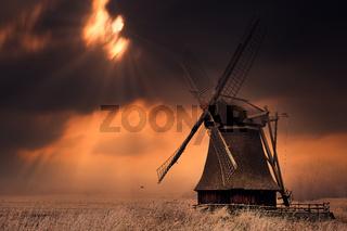 Die Wedelfelder Wasserschöpfmühle im dramatischen Abendlicht