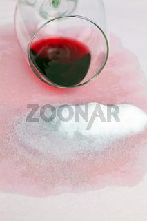 Rotwein Flecken. Rotwein Glas und Salz