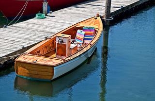 Kleine Dinghy Boat at Dock Tied