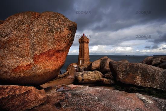 Leuchtturm Men Ruz an der Pointe de Squewel, Bretagne, Frankreich