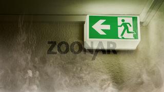 Notausgang zeigt Fluchtweg bei Brand mit Rauch im Haus