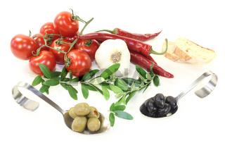 leckere Oliven mit Olivenzweigen