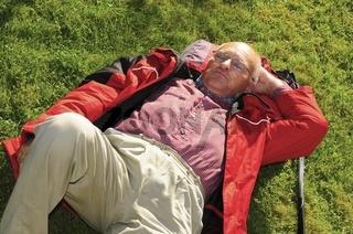 Senior entspannt sich