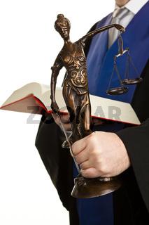 Richter mit Gesetzbuch und Justitia