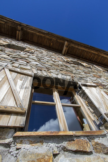Fenster einer Berghütte in den südtiroler Alpen