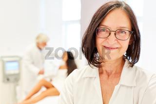 Frau als Ärztin mit Kompetenz und Erfahrung