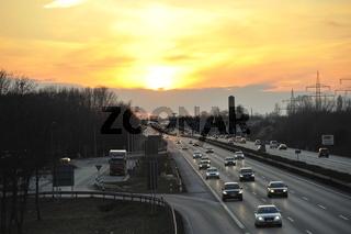 Sonnenuntergang an der Autobahn in Deutschland