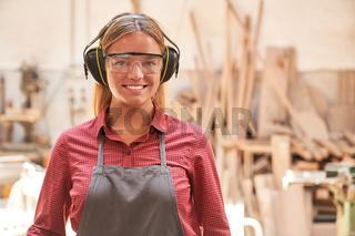 Frau als Schreiner Lehrling mit Gehörschutz