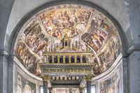 Hochaltar und Kuppel von San Pietro in Vincoli St. Peter in Ketten Kirche in Rom in Italien