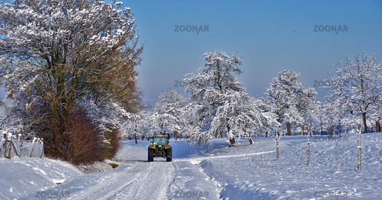 Traktor im Schnee, tractor in the snow