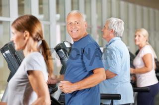 Senioren joggen auf Laufband