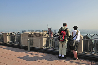 Touristen auf der Aussichtsplattform Top of the Rock im Rockefeller Center, Manhattan, New York City, USA, Nordamerika, Amerika