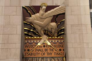 'Und deine Zeiten werden gesichert sein, eine Fülle von Heil, Weisheit und Erkenntnis', geflügelte Worte auf einer Steintafel am General Electric Building