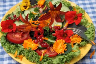 Salat mit essbaren Blüten