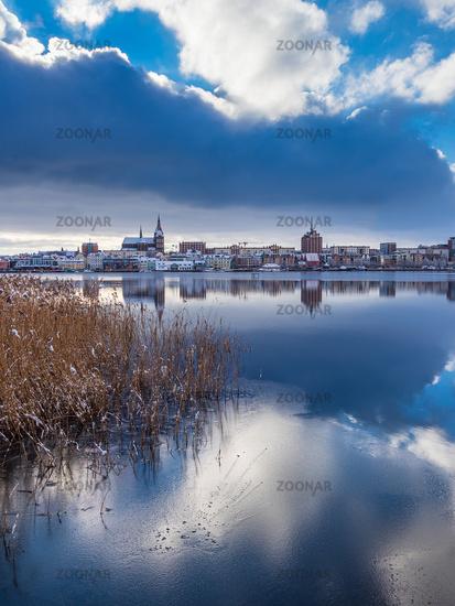 Blick über die Warnow auf die Hansestadt Rostock im Winter